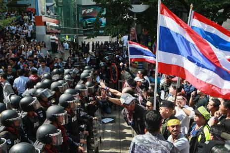 В столице Тайланда Банкоке из-за непрекращающихся уличных протестов и столкновений с полицией введено чрезвычайное положение.