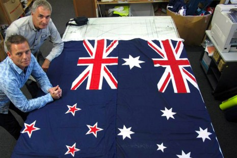 Виктор Гиззи (Victor Gizzi) и Дэвид Могини (David Moginie) рядом с флагами Новой Зеландии (слева) и Австралии на их фабрике около Веллингтона, Новая Зеландия.