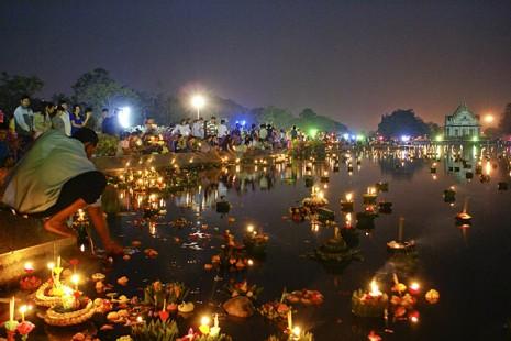 Жители Таиланда отмечают фестиваль Лой Кратонг.