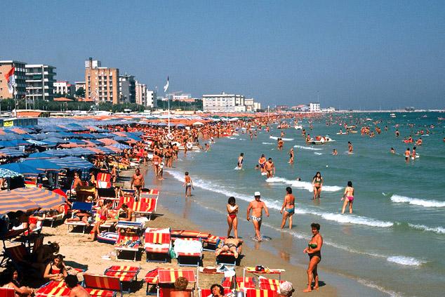 В итальянском городе Пезаро, где почти всегда светит солнце, туристов решили страховать от плохой погоды.