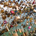 В Париже распродавали «замки любви», чтобы помочь беженцам