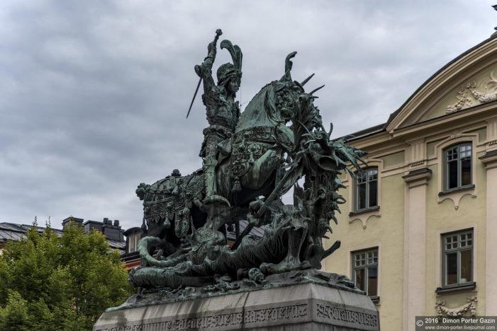 Памятник святому Георгию в Стокгольме.