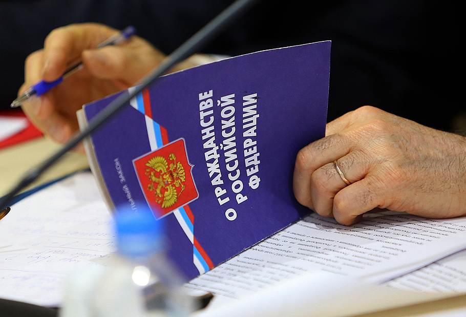 В российском МВД был разработан список причин, по которым обладатели иностранных гражданств в России не могут отказаться от них