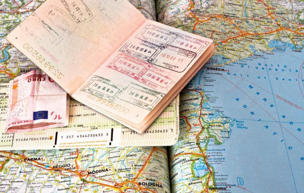 В России могут ввести выездные визы: вероятность и перспективы