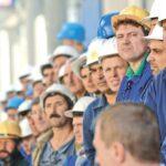 Латвия принимает тысячи водителей и строителей